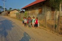 Fröhliche Kinder die uns am Morgen in einem kleinen Dorf begrüßen