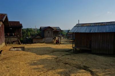 Die Leute leben hier sehr primitiv in Holzhütten