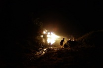 Selbst Nachts queren noch Autos den Fluss und manche Bewohner waschen sich