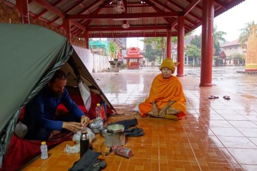 Julien mit einem Mönch der uns interessiert beobachtete bei allem was wir taten